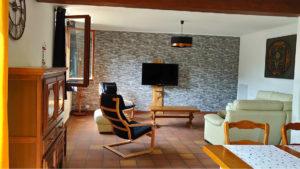 Salon de la maison du saule avec TV et canapé